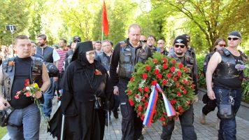 Ночные волки в Праге возложили цветы к могилам Советских воинов. 2016 г.