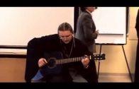 Отец Олег Шляхтенко исполняет песни под гитару